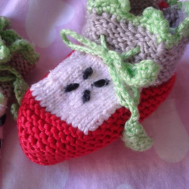 Here is a creative knitted booties design. I like it very much, I hope you enjoy it.