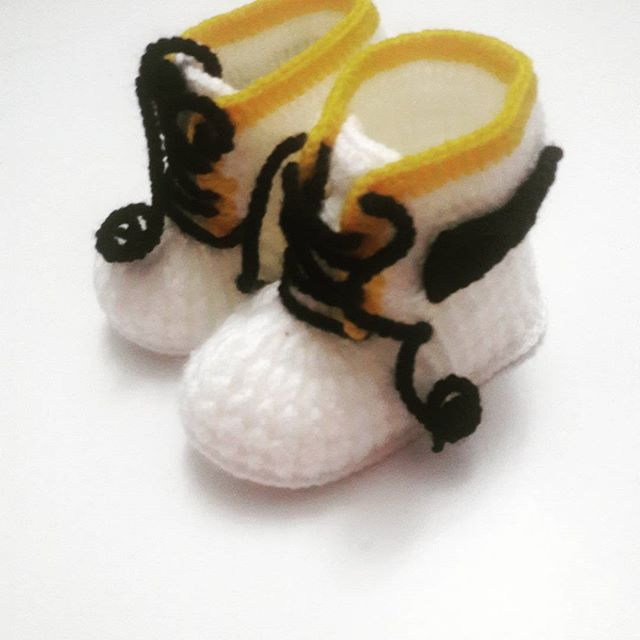 I love sharing knitting patterns for baby shoes. Maybe in the autumn I can make a pattern for this design. God, I hope I can make time for this.